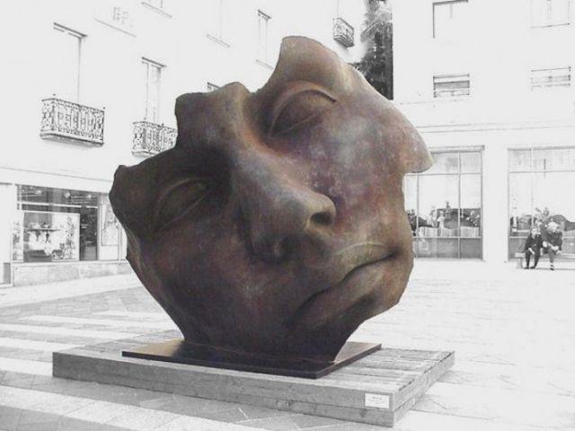 波兰广场人物碎脸装置艺术